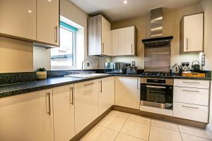A kitchen or kitchenette at North Court Watford by Stay Shoal