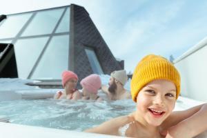 Der Swimmingpool an oder in der Nähe von Glass Resort