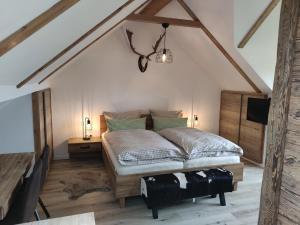 Ein Bett oder Betten in einem Zimmer der Unterkunft Gasthof Dörsbachhöhe