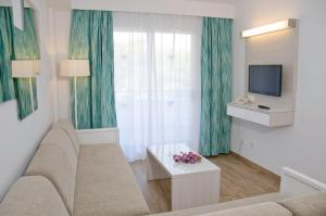 A television and/or entertainment center at Aparthotel Diamant