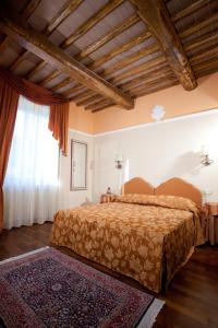 A bed or beds in a room at Hotel Parco Dei Cavalieri Assisi