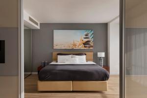 מיטה או מיטות בחדר ב-מלון רמדה חדרה