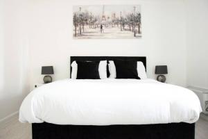 A bed or beds in a room at Belvoir Hotel