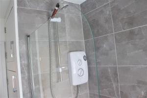 A bathroom at Ground floor apartments with secure parking near Hinckley Centre perfect for contractors or visitors to the area!
