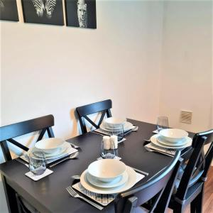 A restaurant or other place to eat at Ground floor apartments with secure parking near Hinckley Centre perfect for contractors or visitors to the area!