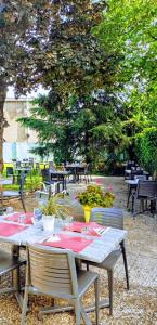 A restaurant or other place to eat at Campanile Vichy - Bellerive