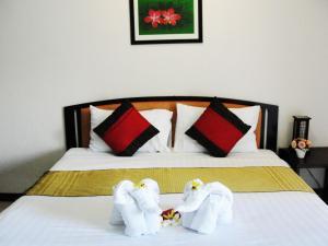 A bed or beds in a room at Narawan Hotel, Hua Hin