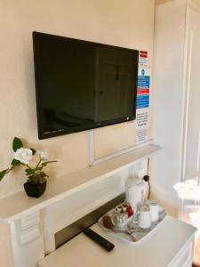 A television and/or entertainment center at Claydens