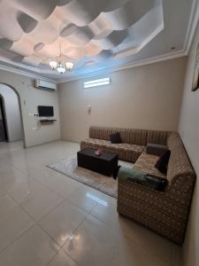 Uma área de estar em Janayen Alwed