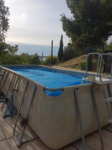 The swimming pool at or near Maison à la semaine