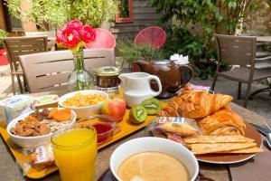 Options de petit-déjeuner proposées aux clients de l'établissement Le Magnan