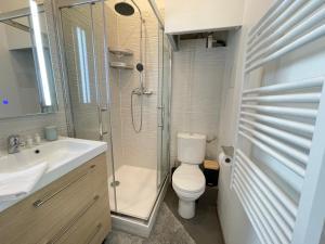 A bathroom at Le Coin De Paradis - Clim-Wifi-Netflix - Vieux Port-Opéra