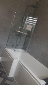 A bathroom at Superb 1st Floor Town Centre Apartment-Refurbished