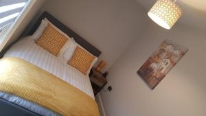 A bed or beds in a room at Superb 1st Floor Town Centre Apartment-Refurbished