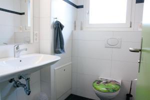 A bathroom at Valley Hostel