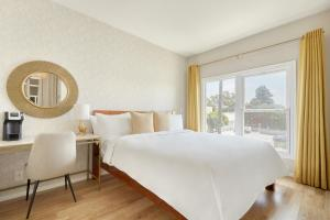 A bed or beds in a room at Sonder l Beverly Terrace