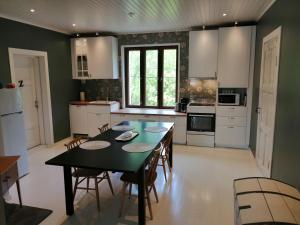 Majoituspaikan Guesthouse Lokinlaulu keittiö tai keittotila