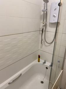 A bathroom at Cosy Double Bed Room close to Luton Town, Train station & Luton Airport