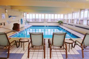 The swimming pool at or near Holiday Inn Express Pittsburgh West - Greentree, an IHG Hotel