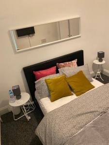A bed or beds in a room at Cosy Double Bed Room close to Luton Town, Train station & Luton Airport