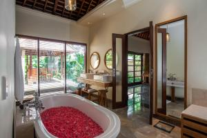 A bathroom at Komaneka at Monkey Forest Ubud
