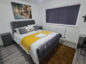 A bed or beds in a room at SAV Apartments Leicester - 2 Bed Cosy Flat Saffron