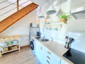 A kitchen or kitchenette at Apartamentos Mar I Odeceixe