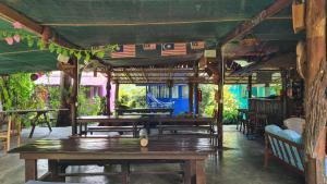 A restaurant or other place to eat at Gecko Guesthouse
