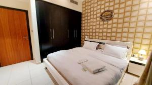 Letto o letti in una camera di Private rooms in 3 bedroom apartment sky nest home sky view tower