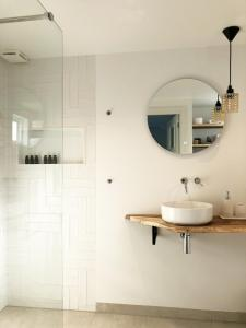 A bathroom at Beach House For You - Luxe verblijf, 5 min van het strand