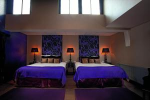 A bed or beds in a room at Hotel Sebastians