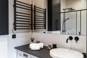 A bathroom at Morning Light Sopot Apartment