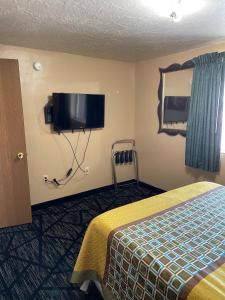 A television and/or entertainment center at Rodeway Inn & Suites Riverton