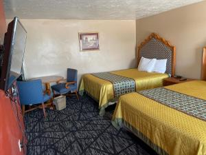A bed or beds in a room at Rodeway Inn & Suites Riverton