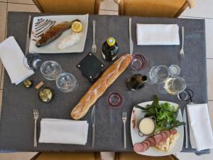 Restaurant ou autre lieu de restauration dans l'établissement Le Champ des Lys
