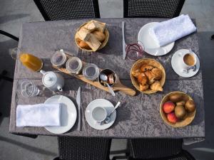 Options de petit-déjeuner proposées aux clients de l'établissement Le Champ des Lys