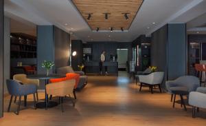 The lobby or reception area at ibis Styles Den Haag Scheveningen
