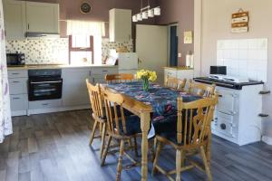 A kitchen or kitchenette at Holiday Home Ballinamore - EIR05100h-F