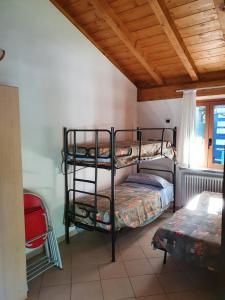 Een stapelbed of stapelbedden in een kamer bij Bungalows in Camping Solarium