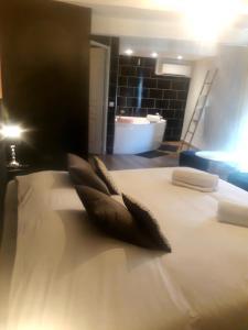 Un ou plusieurs lits dans un hébergement de l'établissement Hotel renaissance martigues