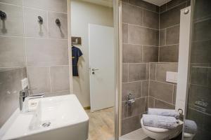 A bathroom at Wombat's The City Hostel Munich Werksviertel