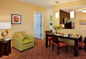 A seating area at TownePlace Suites by Marriott Beaumont Port Arthur