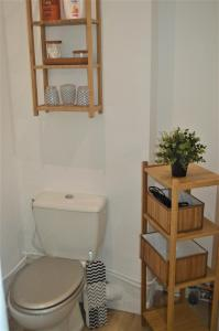 A bathroom at Studio industriel de Steenia Vieux port