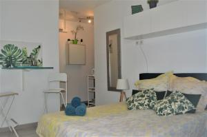 A bed or beds in a room at Studio Charles de Gaulle - Vieux Port