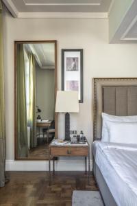 سرير أو أسرّة في غرفة في The Bank Hotel Istanbul, a Member of Design Hotels