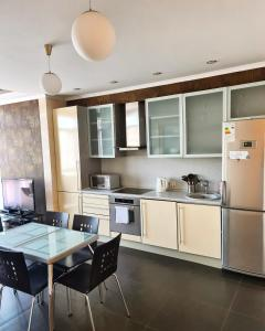 Кухня или мини-кухня в Apartment on ulitsa Chaykovskogo