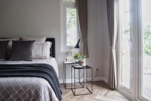 A bed or beds in a room at Mooi Lake House Luxury Villa
