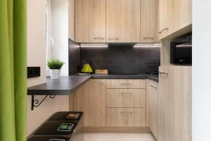A kitchen or kitchenette at Apartament Zielony Sopot Karlikowo by Renters