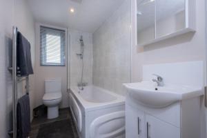 A bathroom at Brackenborough Hotel