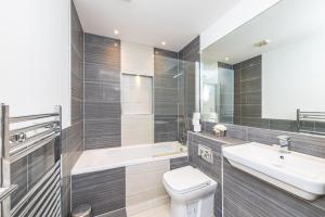 A bathroom at Modern Contractor Flat with FREE Parking in a Great Location by ComfyWorkers